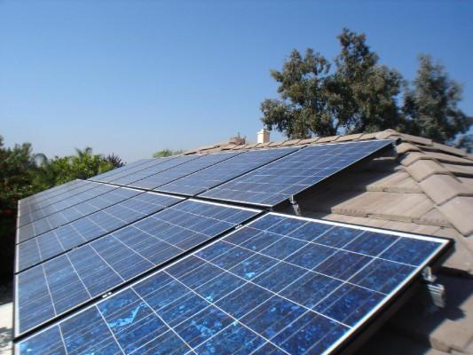 Napelem modulok a tetőre szerelve
